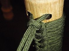 Paracord Handle Wrapping Tutorial For Walking Sticks. Wooden Walking Sticks, Walking Sticks And Canes, Walking Canes, Camping Survival, Survival Gear, Bushcraft, Zombie Squad, Walking Staff, Rope Knots