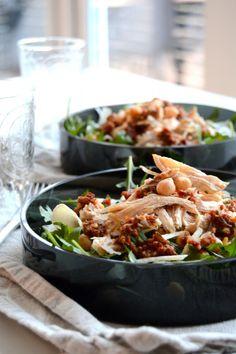 Denne salaten med hjemmelaget grov rød pesto lages på under 30 minutter og er perfekt som lunsj eller en lett middag! Denne grove rød...