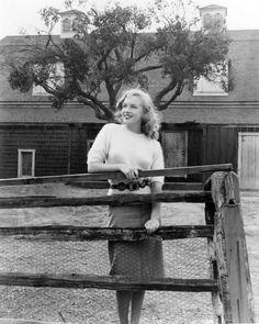 Joseph Jasgur - Marylin Monroe - 1947 - visiting different sets at the Fox Studios, Hollywood Marylin Monroe, Marilyn Monroe Fotos, Marilyn Monroe Childhood, Joe Dimaggio, 20th Century Fox, Photos Rares, Le Divorce, Pin Up, Celebrity Gallery