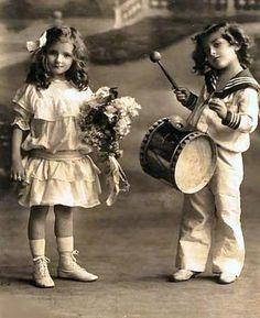 Vintage Rose Album: Children Vintage Children Photos, Vintage Girls, Vintage Roses, Vintage Pictures, Vintage Images, Vintage Outfits, Motif Music, Vintage Illustration, Old Time Photos