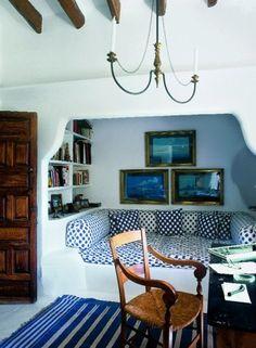 Me gusto mucho que jugaran con el blanco del interior y el azul del tapete y sofá se ve padrísimo.