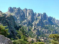 """GR20 Les Aiguilles de Bavella (ou Cornes d'Asinao) ses célèbres aiguilles de granit roses culminent à 1855 m d'altitude au Fornello et à la Punta Muvrareccia.Le massif de Bavella culmine à 1899 m d'altitude au Fornello (Furnellu ou encore Furneddu en corse) et à la Punta Muvrareccia. De l'Incudine au col de Bavella, le GR 20 passe au pied des aiguilles dans la vallée de l'Asinao mais une variante dite """"alpine"""" permet de s'approcher des tours de Bavella (appellation courante chez les…"""