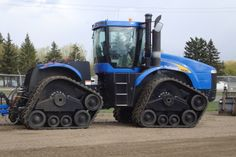 New Holland high clearance tracks Big Tractors, Ford Tractors, John Deere Combine, New Holland Agriculture, Tractor Accessories, Harvesting Tools, New Holland Tractor, Ford News, Heavy Equipment