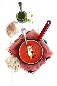 Pratos e Travessas: Tomato soup with mozzarella and coriander olive oil Food Porn, Tomato Soup, Antipasto, Food Inspiration, Love Food, Soup Recipes, Dinner Recipes, Food Photography, Food And Drink