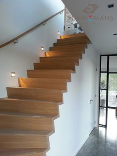 Houten z-trap met muurleuning. Stair Handrail, Stair Lighting, Fixer Upper, Bungalow, Building A House, Sweet Home, Villa, New Homes, Stairs
