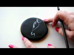 DIY Video Tutorial: Hand Painting Biscuits/Biscuits - The Basics. Cookie Tutorials, Cake Decorating Tutorials, Cookie Decorating, Cookie Tips, Cookie Ideas, Painting Tutorials, No Bake Sugar Cookies, Cupcake Cookies, Bolo Chalkboard