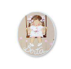 """Placa paraPuerta para dormitorio infantil modelo """"Niña en Columpio"""" de madera hecha a mano con tejidos añadidos. Personalízalo con el nombre que prefieras sin coste añadido."""