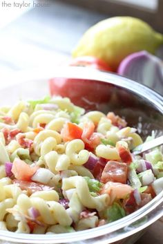 Delicious and Easy to make BLT Pasta Salad that's perfect for a crowd! Click through for recipe!