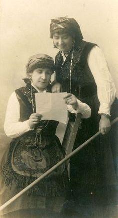 Exposición vestidos de asturiano. Posando para la foto.