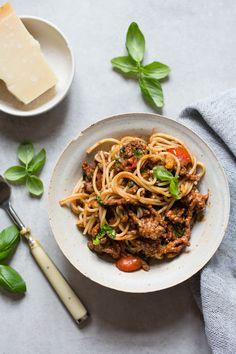 Enkel spagetti bolognese med basilikum og pepper - Ida Gran Jansen Bolognese, One Pot Pasta, Japchae, Frisk, Allergies, Ethnic Recipes, Pepper, Food, Basil