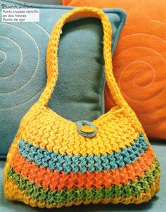Loom knitted purse with picture instructions. The wring ten pattern can be translated from Spanish