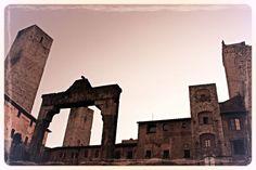 Piazza della Cisterna, San Gimignano (2011) Brooklyn Bridge, Louvre, Italy, San, Building, Travel, Italia, Viajes, Buildings