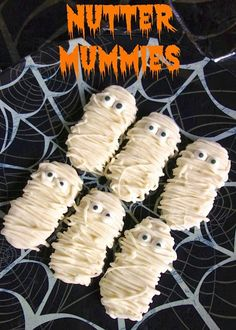 Nutter Mummies - decorate Nutter Butters to look like mummies! So much fun for Halloween! Postres Halloween, Halloween Fruit, Halloween Punch, Halloween Goodies, Halloween Food For Party, Halloween Desserts, Halloween Boo, Halloween Cupcakes, Holidays Halloween