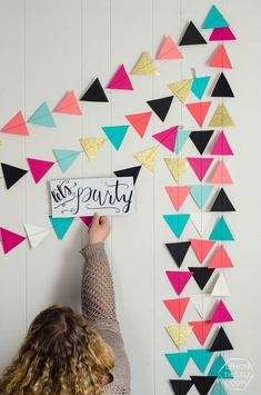 How to DIY a giant triangle garland. it's THAT garland! How to DIY a giant triangle garland… it's THAT garland! Finally, instructions … How to DIY a Diy Birthday Decorations, Paper Decorations, Diy Girlande, Diy Christmas Garland, Paper Banners, Diy Banner, Idee Diy, Classroom Decor, Diy Wall