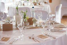 Koogshalle Reußenköge Nordfriesland, Saaldeko, Tischdekoration, Tischdeko, Hochzeitsdekoration, Hochzeitsdeko, Sommerhochzeit, Sommerblumen, Blumenvase, Vintage, Boho