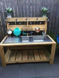 Pallet sludge kitchens made from recycled materials - - . Pallet sludge kitchens made from recycled materials - - . Outdoor Play Kitchen, Diy Mud Kitchen, Mud Kitchen For Kids, Outdoor Sinks, Recycled Kitchen, Palette Deco, Garden Sink, Balcony Furniture, Diy Holz