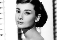 Siempre sé una primera versión de ti.  Audrey Hepburn