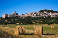 Es grüßt euch die BASILICA DI SAN FRANCESCO mit der Grabstätte des Heiligen Franziskus. Die Kirche ist das Wahrzeichen von #Assisi im Herzen #Umbriens, der Stadt des Friedens.  Die Basilika, ein architektonisches Meisterwerk aus dem 13. Jahrhundert, enthält Fresken bekannter Künstler wie #Cimabue und #Giotto.  #EntdeckeItalien #Umbria #ILikeItaly #Unesco  © Top Photo Corporation/Top Photo Group/Thinkstock