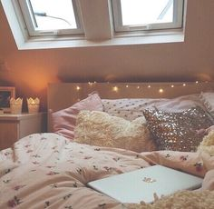 Afbeelding via We Heart It https://weheartit.com/entry/171813596/via/7228892 #bed #decoration #goals #lights #pink #room #tumblr