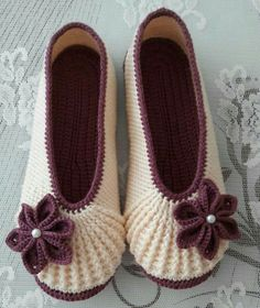 Video: How to knit babette booties? Video: How to knit babette booties? Crochet Sandals, Crochet Baby Shoes, Crochet Slippers, Love Crochet, Crochet Clothes, Knit Crochet, Knitted Booties, Crochet Stitches, Crochet Patterns
