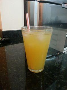 SKREWDRIVER | Vodka e suco de laranja. | Um drink popular entre os jovens americanos, para quem quer algo simples, gostoso e barato.