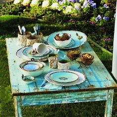 Perfect robin's egg table :) .. Love that color!