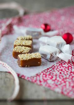 Vanilla toffee with roasted sesame seeds. Small Cake, Toffee, Macarons, Camembert Cheese, Cereal, Roast, Vanilla, Sweets, Candy