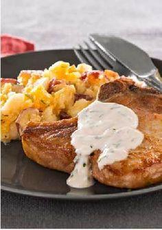 Chuletas de cerdo con puré de papas repleto de sabor-¡Las papas con tocino y cheddar están deliciosas! Y la salsa de la chuleta de cerdo también, hecha con tocino, queso crema y cebollinos.