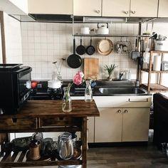 いいね!189件、コメント3件 ― mamenowaさん(@maasa824)のInstagramアカウント: 「ㅤㅤㅤㅤㅤㅤㅤㅤㅤㅤㅤㅤㅤ ㅤㅤㅤㅤㅤㅤㅤㅤㅤㅤㅤㅤㅤ 角煮をコトコト月曜日。 ㅤㅤㅤㅤㅤㅤㅤㅤㅤㅤㅤㅤㅤ (食器は上の棚に収納してます☺️) ㅤㅤㅤㅤㅤㅤㅤㅤㅤㅤㅤㅤㅤ ㅤㅤㅤㅤㅤㅤㅤㅤㅤㅤㅤㅤㅤ」 Funky Kitchen, Kitchen Corner, Kitchen Dining, Kitchen Decor, Japanese Kitchen, Japanese Interior, One Bedroom Apartment, Diy Home Decor Projects, Dream Rooms