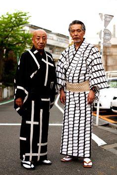 modern men in traditional yukata kimono K Fashion, Tokyo Fashion, Kimono Fashion, Asian Fashion, Japanese Men, Japanese Kimono, Sharp Dressed Man, Well Dressed Men, Men's Yukata