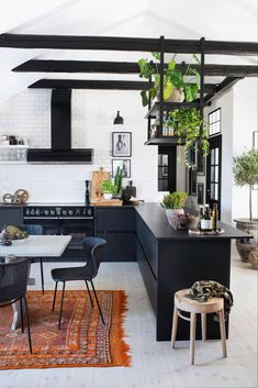 love warriors loft – svart kok med takbjälkar utan överskåp - boho loft ideas with dark kitchen units Small Kitchen Cabinets, Kitchen Layout, Kitchen Design, Kitchen Units, Kitchen Pantry, Cosy Apartment, Apartment Kitchen, Corner Pantry, Kitchen Trends
