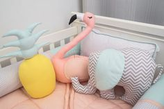 Quarto com paleta de cor Candy. Almofadas Toy Flamingo , Abacaxi e Elefantinho. - Tree House Baby & Kids