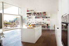 Das Dach reicht bis auf 4 Meter Höhe, als sollte der Außenraum wie mit einem Trichter eingefangen werden   LOVE architecture and urbanism ©Jasmin Schuller