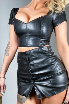 Black Leather Shorts, Leather Skirt, Leather Shorts Outfit, Sexy Outfits, Cool Outfits, Rubber Dress, Modelos Fitness, Looks Black, Fetish Fashion