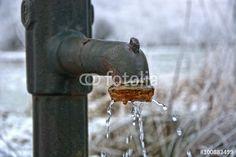 Alter, tropfender Gusseisen-Wasserhahn am Brunnen im Winter, hdr - Fotolia - © sulupress/Torsten Sukrow