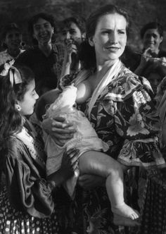 Jean Dieuzaide, The gypsy of the sacred mountain, Grenade, 1951-woman with baby