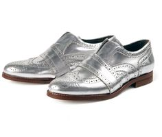 The Maddie shoe by Hudson London is a classic brogue injected with Hudson's signature twist in craftsmanship. Crafted from silver leather, it features perforated wing tips and crossover panelling to the vamp, making it the perfect shoe to accompany you from day to night.