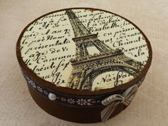 Dieses aufwändig handgearbeitete Schmuckkästchen besteht aus Sperrholz.   Das zauberhafte Eiffelturm-Motiv ist in Decoupage-Technik aufgebracht.  Die