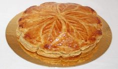 Galette des rois à la frangipane de Cyril Lignac. - Tasties Foods Batch Cooking, Cooking Time, Cooking Recipes, Chefs, Desserts With Biscuits, Cordon Bleu, Baking Tips, Summer Recipes, Food To Make