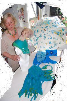 bei der Arbeit Ursula Pauly in der Werkstatt silkpainting silkscarf umbrella silk felthat