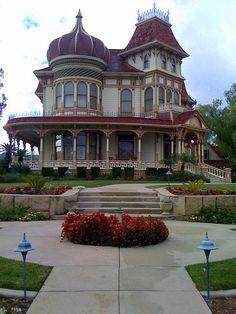 Victorian Homes, Morey Mansion in Redlands, California, USA (by lorimarsha). Victorian Homes Victorian Architecture, Beautiful Architecture, Beautiful Buildings, Beautiful Homes, Victorian Style Homes, Victorian Houses, Victorian Decor, Victorian Era, Painted Ladies