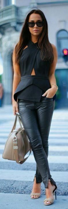 calça de couro + blusa branca da Zara