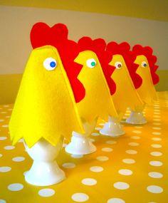 Leuke eierwarmers! Met beschrijving en patroon. Create oh la la: DIY Felt Easter Egg Warmer -- tutorial and pattern | Gör-det-själv: Äggvärmare till påsk -- instruktioner och mönster