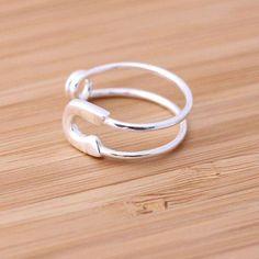 文房具の安全ピンは、バッジ類のDIYのほか、服が破れたときの緊急事態に活躍してくれる便利アイテムです。100円ショップで大量にパック入りされて売っている安全ピンは、おしゃれなアクセサリーも作りにももってこいなんです♪カッコいいネックレスやシンプルな指輪のほか、フェミニンなブローチやピアスなども簡単に手作りすることができます。安全ピンを使ったアクセサリーのDIYアイデアを厳選してご紹介します。 | ページ1