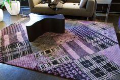 Das Patchwork-Design des Manshu Tartan Purple, bestehend aus allseits bekannten Mustern aus der Textilbranche, begeistert Teppich-Liebhaber auf der ganzen Welt.
