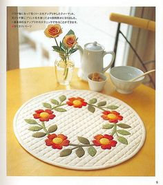 Appliqué table may, cute! Fabric Crafts, Sewing Crafts, Sewing Projects, Diy Crafts, Patchwork Table Runner, Quilted Table Runners, Small Quilts, Mini Quilts, Circle Quilts