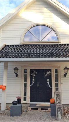 Herskapelig villa med Dobbelfals ny – Bergene Holm Blogg Garage Doors, Villa, Outdoor Decor, Home Decor, Interior Design, Home Interior Design, Fork, Villas, Home Decoration