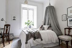 dormitorio juvenil en tonos naturales y grises, cama con dosel mosquitero