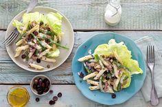 Serveer de salade in een groot blad ijsbergsla voor een feestelijk effect - Recept - Allerhande