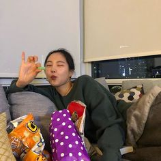 """Naeun says in the v live:  """"The week that just ended yesterday was very crazy for me, I don't know, 6 months out of all activity left me a little ..Flucid?  Ah, I don't know how to explain it, but I thought that I would not measure up at all stages.  But I think i  worked hard and i'll  do my best.""""  LMAO, SHE'S WAS AMAZING IN EVERY SINGLE SHOW. Ulzzang Fashion, Ulzzang Girl, Ulzzang Style, Extended Play, Muse, Auxerre, Apink Naeun, Son Na Eun, Foto Casual"""